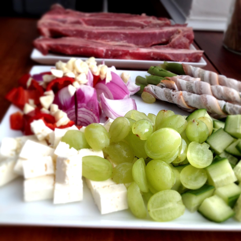 Kalve t-bone steak med skysovs, nye kartofler og Hannes sommersalat